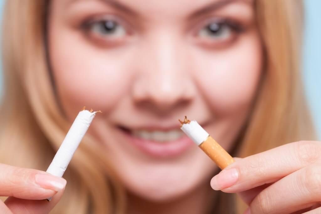 abbahagyta az üröm dohányzását
