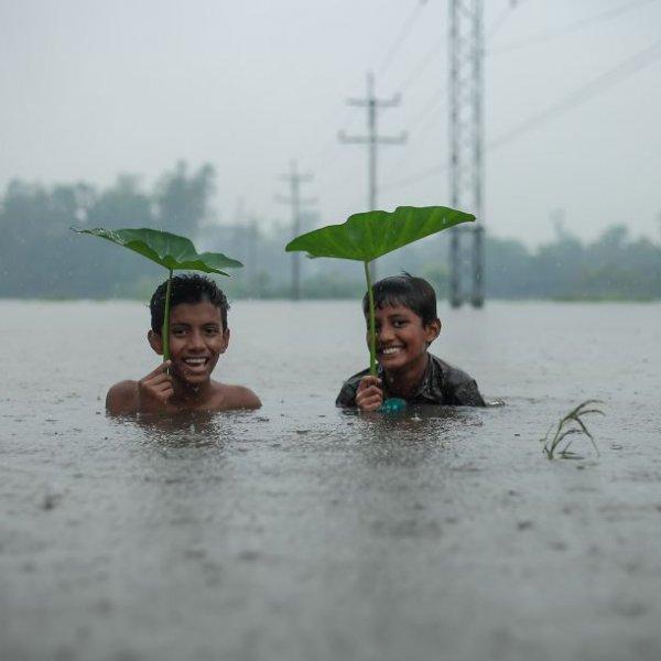 Amdad Hossain Élvezni az esőt